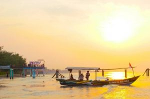 Tempat Wisata di Pemalang Terbaik, Dari Atas Bukit Turun ke Pantai